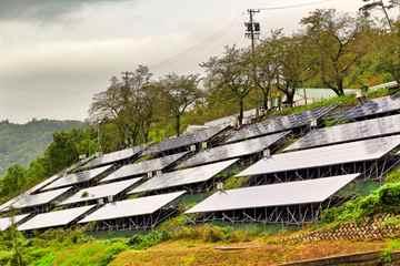 太陽光発電 ソーラーパネル周りの草刈り作業